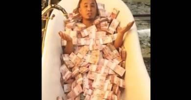 Video Pria Berendam Uang Gepokan Rp100 Ribu di Bak Mandi