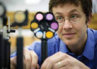 Ethan Minot and his team use light to analyze the structure of carbon nanotubes grown in the lab. (Photo: Jan Sonnenmair)