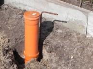 Das erste Stehrohr ist an die Höhe der kommenden Bodenplatte angepasst.
