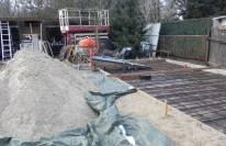 Letzte Vorbereitungen: Neuer Sand für den Zement und eine Rutsche für den Betonmischer.