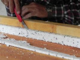 Zu schneiden mit einem Cuttermesser. Die Leiste fungiert als Lineal, damit's schön grade wird.