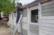 Als Erstes wurden seitlich zusammengeschraubte Dachlatten montiert, damit ein ordentlicher Abschluss und Schraubfutter vorhanden waren.