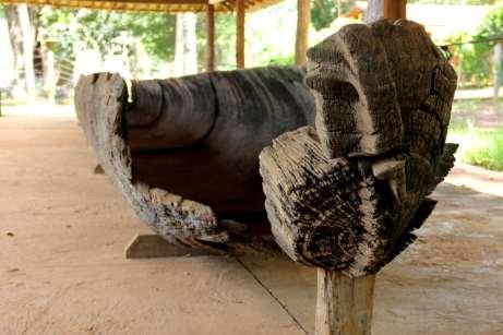 Além da importância arqueológica, o Parque do Sumidouro abriga relíquias pré-coloniais, como esta gigante canoa feita por índios e a casa de Fernão Dias