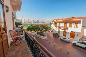 Construções antigas do Casco Viejo e, ao fundo, os modernos prédios do Centro Comercial do Panamá.