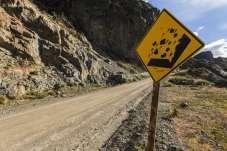 Ocorrem muitos desabamentos de terra e de pedras ao longo da Carretera