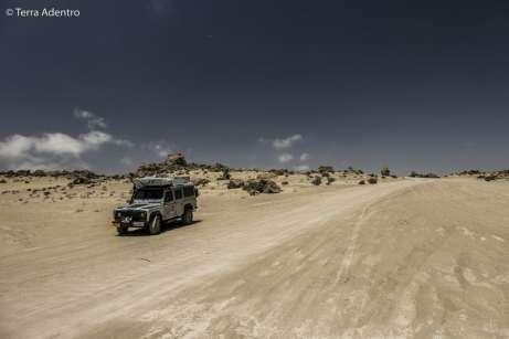 A estrada em meio às dunas