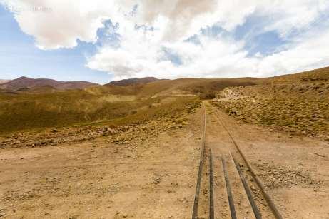 Cruzando o trilho do trem das nuvens, um dos caminhos ferroviários mais altos do mundo