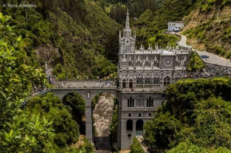 A Igreja é construída bem acima do Rio Guaitara