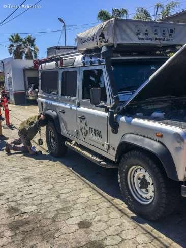 Oficial fazendo a vistoria do Mochileiro.