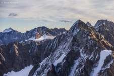 Surreal sobrevoar ao lado de montanhas tão imponentes