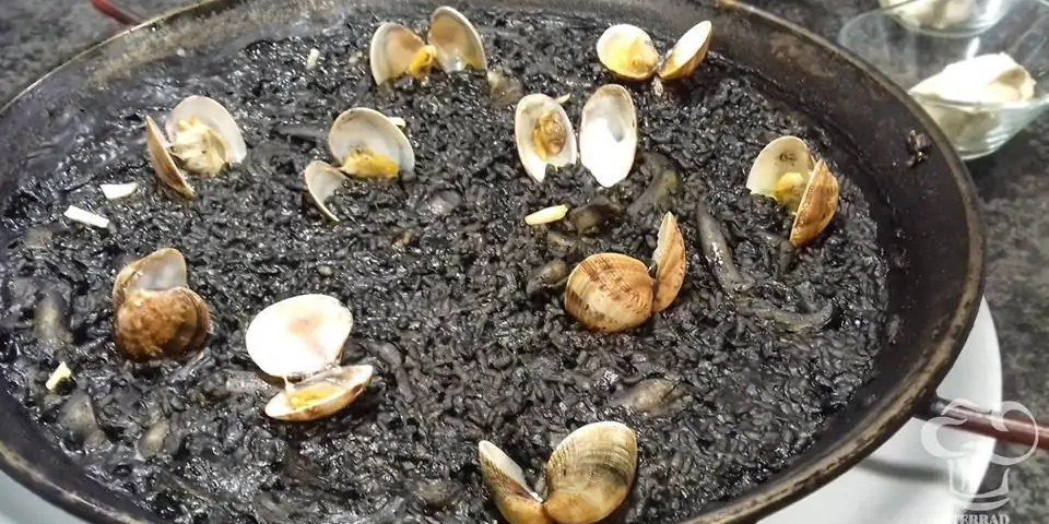 Receta de arroz negro con almejas