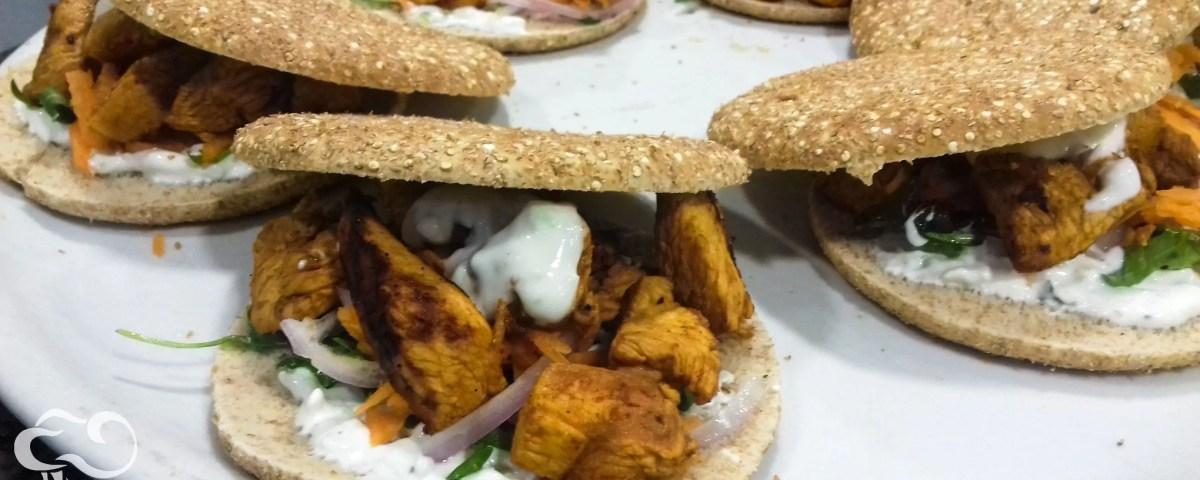 Kebabs de pollo marinados