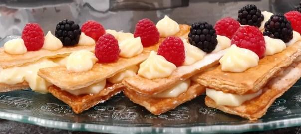 Banda de crema y frutas
