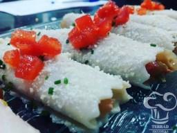 Receta de canelón de cebolla confitada, tomate y albahaca