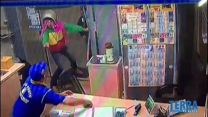 Frentista é baleado ao reagir a assalto e enfrentar criminosos com celular e barra de ferro