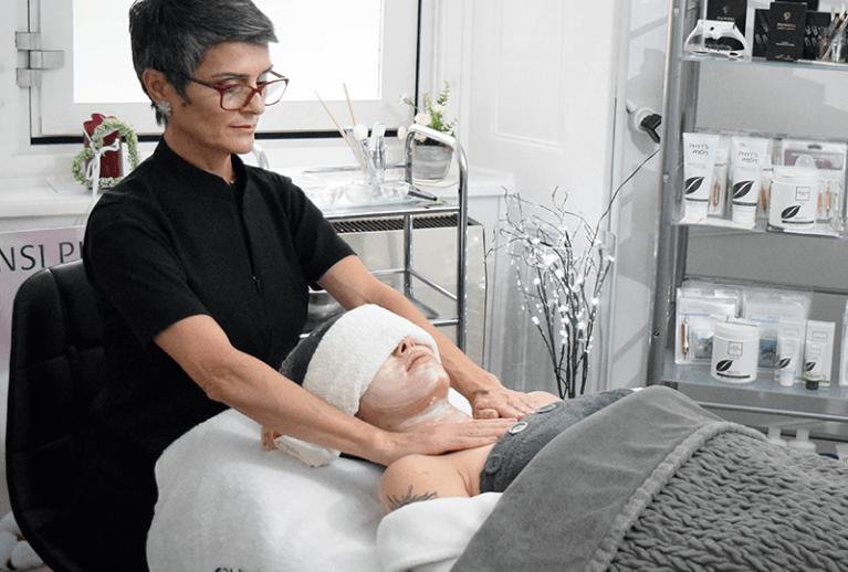 Femme donne a massage visage. Soin visage