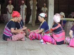 Femmes Karens tissant en communauté