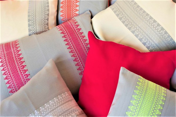 Ensemble de coussins Terres Karens faits de lés fin avec une frise centrale de couleur.