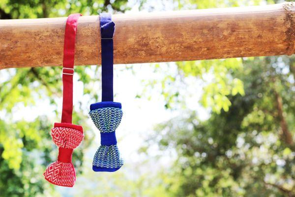 La photo est composée de deux Noeuds Papillons Kopeuki. L'un de couleur rouge et le second de couleur bleu.