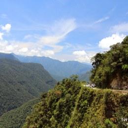 Tomar el camino de la muerte o la Yungas road desde el Altiplano a la Amazonia.