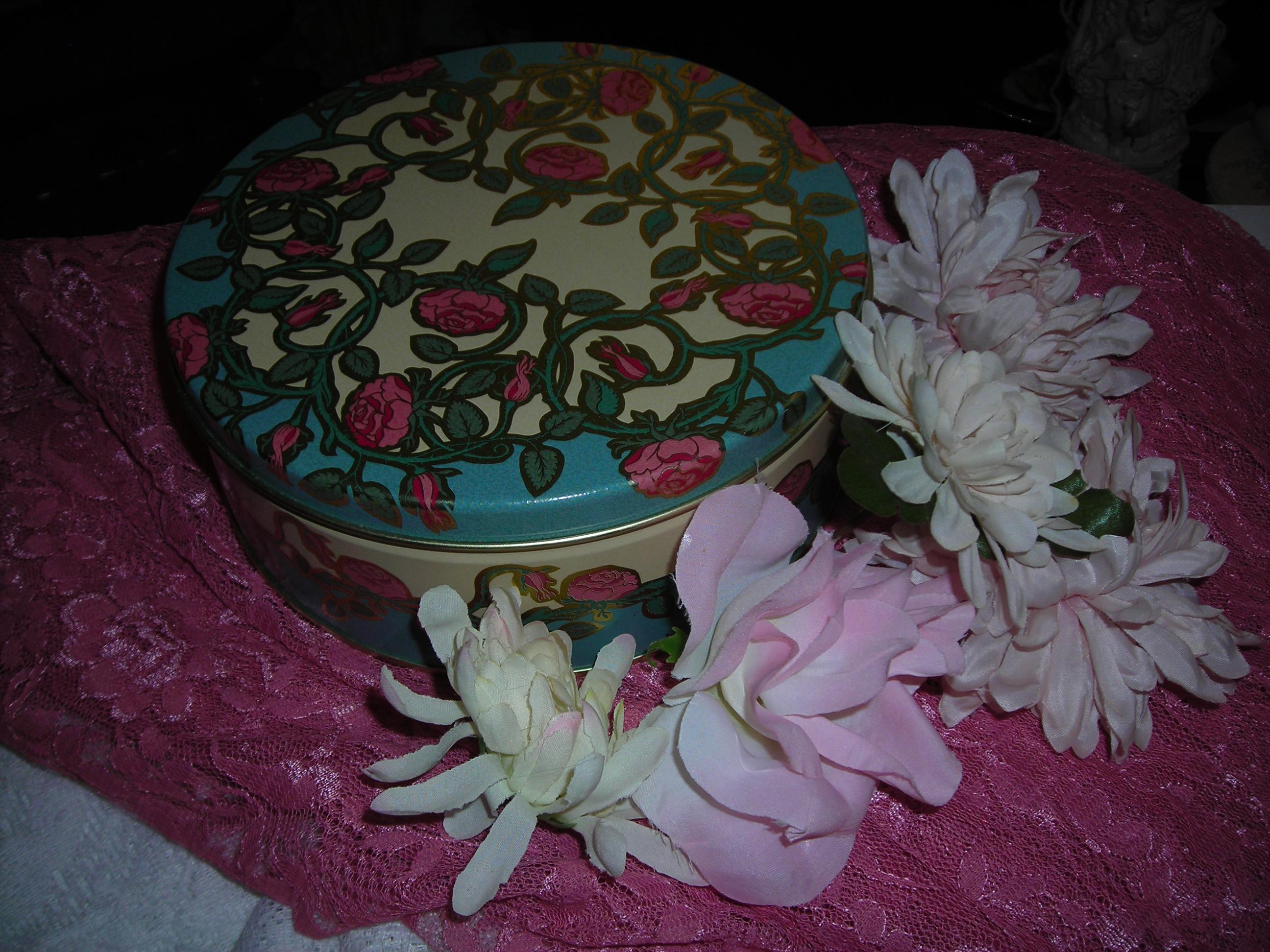 Sweet rose tin with grrreat flowers!