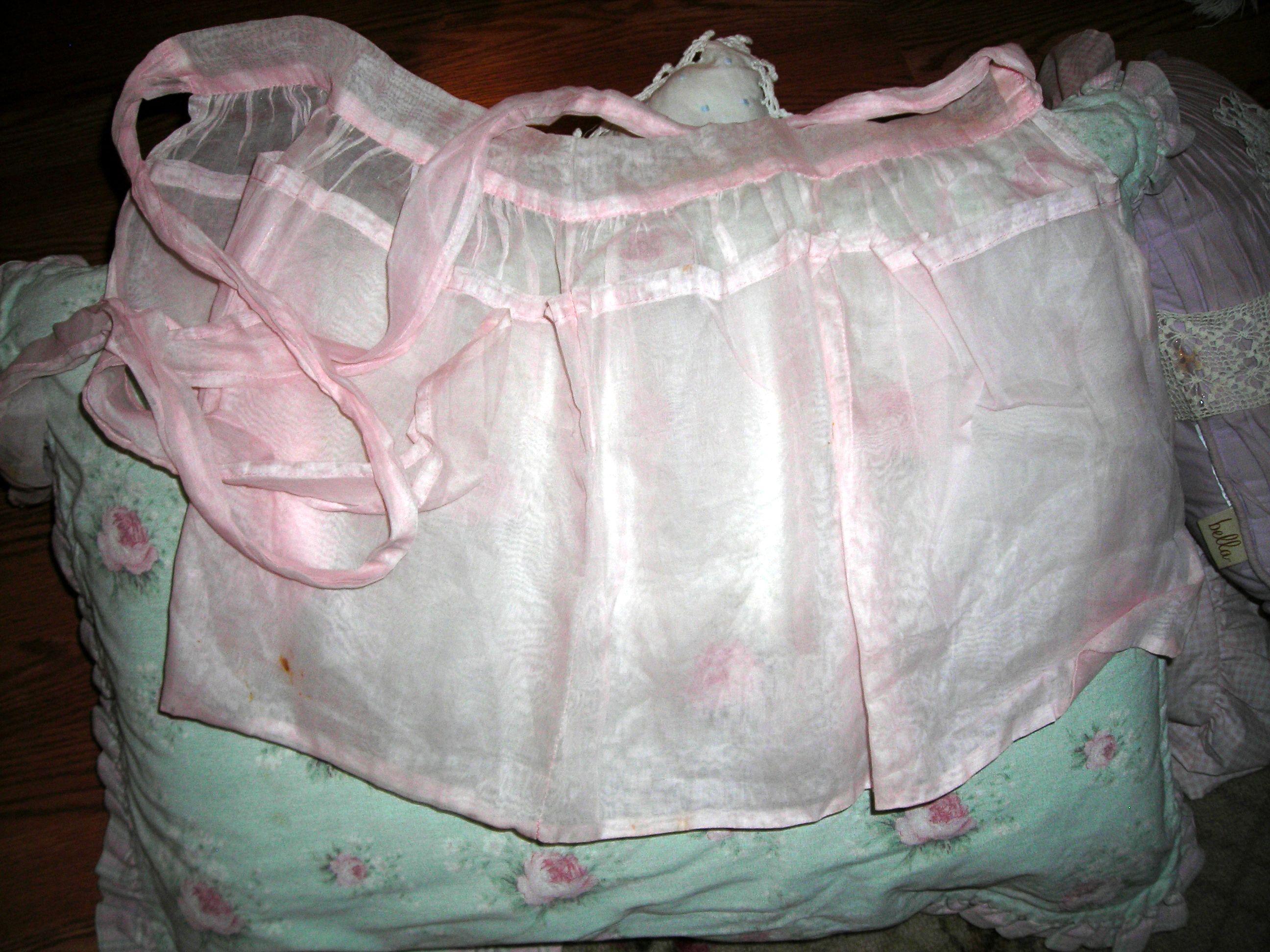 killer vintage pink apron. sigh!!!