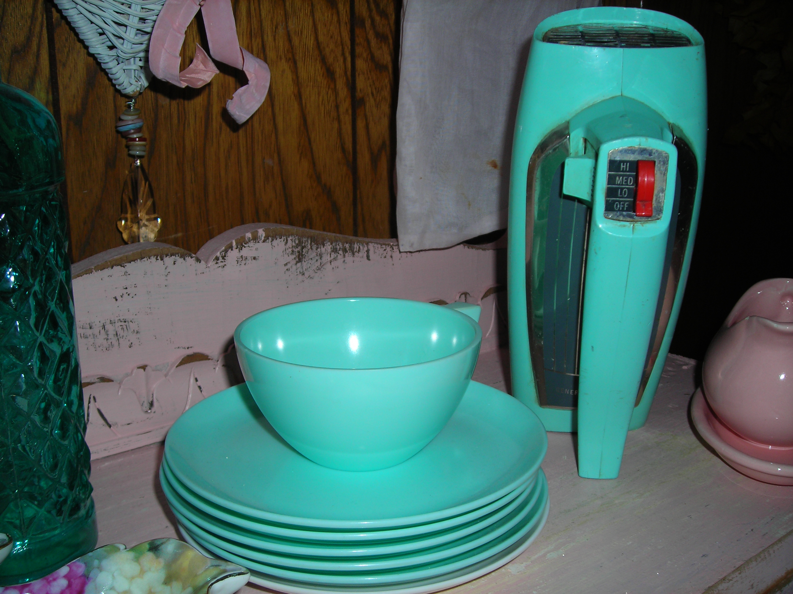 also found this great retro GE hand mixer at the GW barn. love that turquoise!!