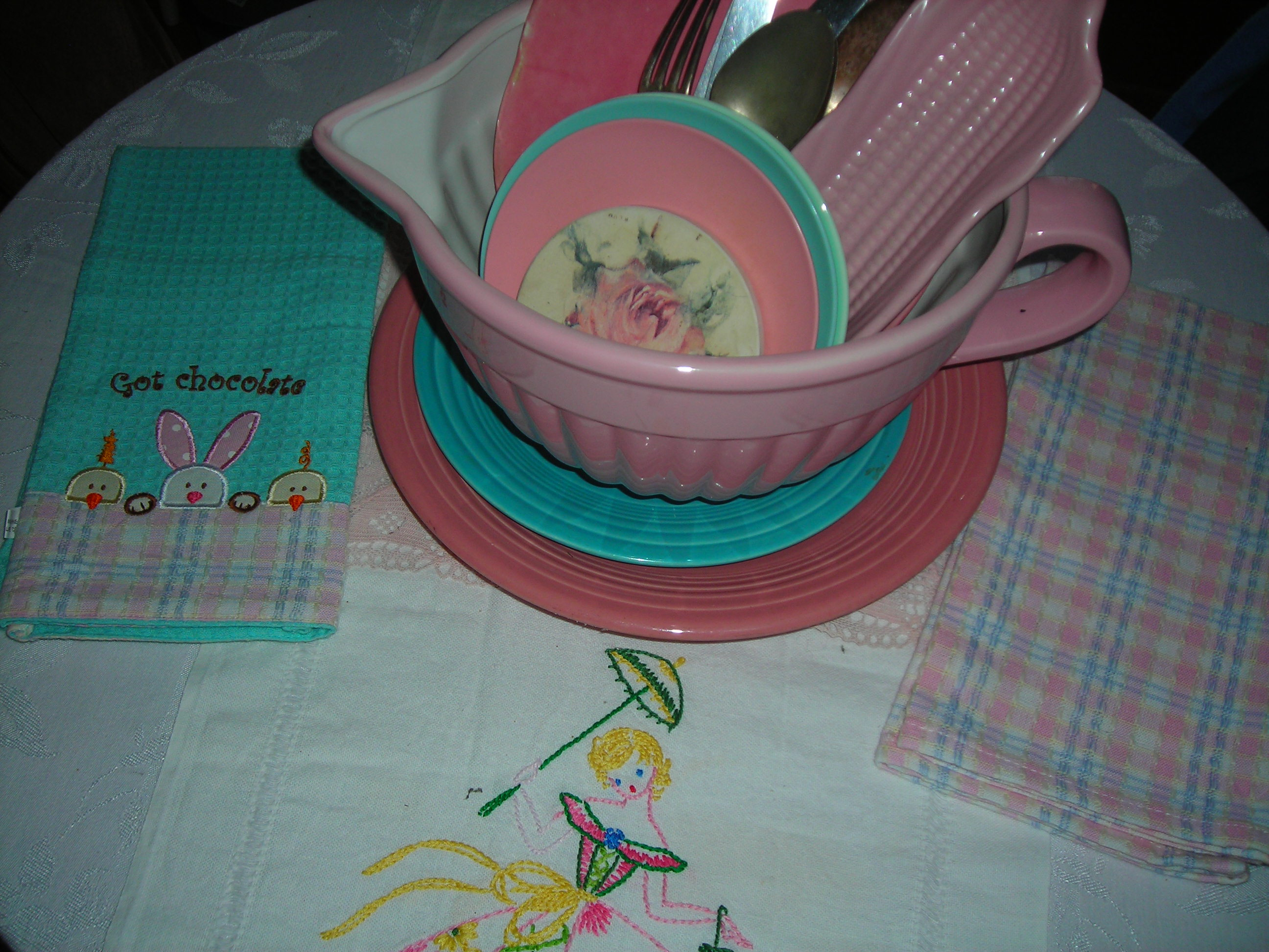 and the matching one on the right ... they look great with my new batter bowl and southern belle runner on the b'fast table (thanks again bon and mary)