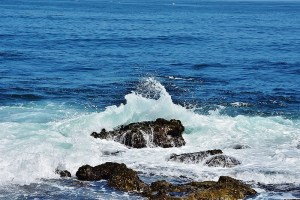 waves hitting rocks (800x533)
