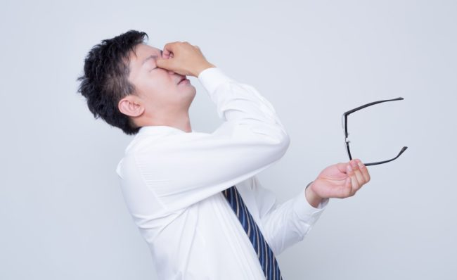 眼精疲労には目を温めると効果あり!目を酷使しがちなビジネスパーソンは多いですよね