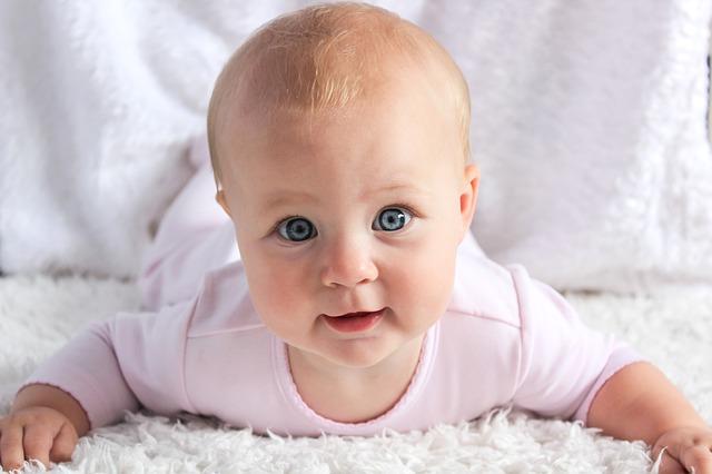 赤ん坊なら小さなことができるだけでうれしいはず