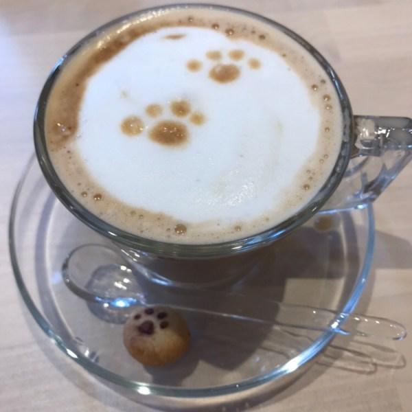 Cafe むすびでは、「足あと」のアートをしてくれるカフェラテ(HOT)407円(税込440円)です