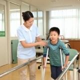 松葉杖の子供