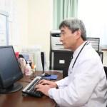 カルテを入力する医師
