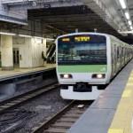 駅に入ってくる電車