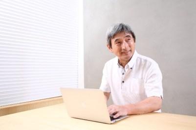 中年男性とパソコン