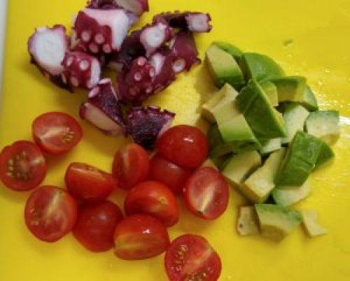 アボカド、タコ、トマト