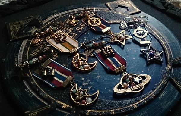 600-385宙の勲章アクセサリー