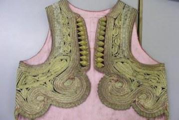 Mrekullia e veshjeve shqiptare në muzetë britanike; ndër to jeleku i qëndisur me ar, dhuratë për Edith Durham
