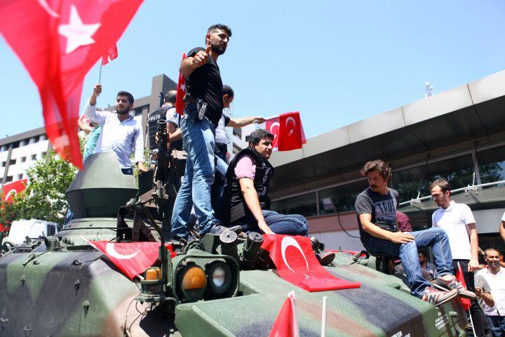 11.Qytetarë turq dhe oficerë policie mbi një autoblind në Stamboll në rrugën Vatan më 16 Korrik 2016.