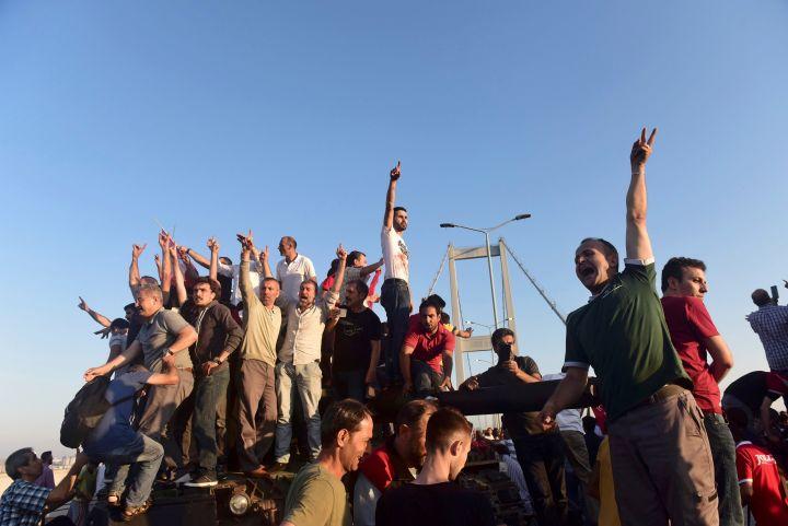 14.Njerëz duke festuar pasi dorëzohen rreth 50 ushtarë të përfshirë në grushtin e shtetit dorëzohen në Urën e Bosforit në Stamboll. 16 Korrik 2016. (Reuters)