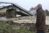 Mediat e huaja: moti i keq rrëzon urat shqiptare si të ishin kuti kartoni