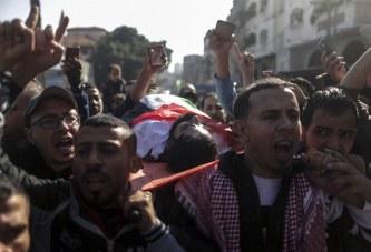 Mijëra vetë në funeralin e palestinezit me këmbë të këputura vrarë nga forcat izraelite