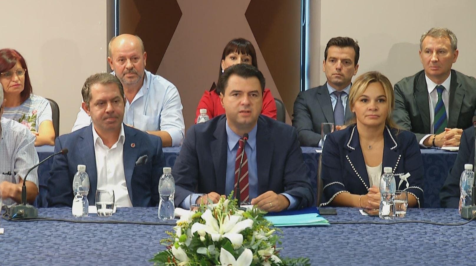 Opozita në Vlorë me pamje të re  Shpëtim Idrizi krah Bashës