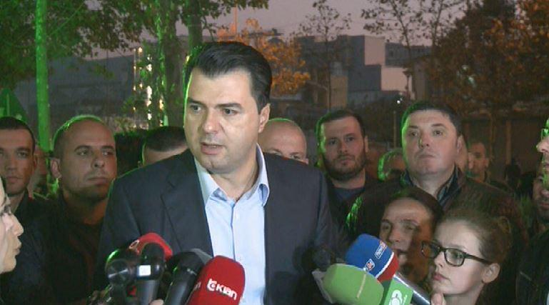 Basha me protestuesit te  Astiri   zgjidhja ndaj jush  me vendimet e qeverisë  Berisha