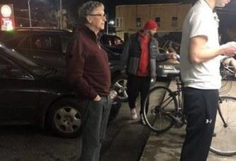 Modestia: Bill Gates, në radhë për hamburger, patate të skuqura dhe Cola