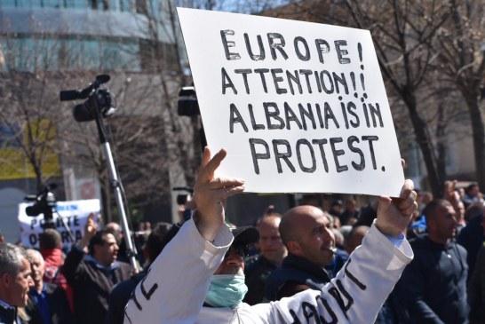 FOTO/ Protesta e opozitës: e zakonshmja dhe risitë