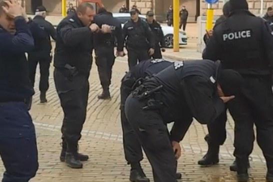 E pazakontë nga një protestë në Bullgari: si e pësuan vetë policët nga gazi lotsjellës (video)