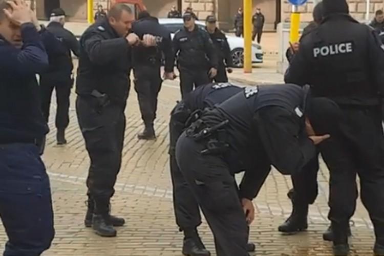 E pazakontë nga një protestë në Bullgari  si e pësuan vetë policët nga gazi lotsjellës