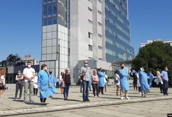 Protestë bluzash të bardha në Prishtinë: të dyfishohet pagesa e turnit të tretë